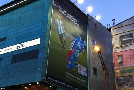 lona publicitaria iluminada fachada edificio
