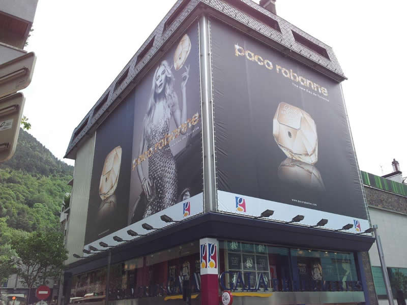 lona publicitaria con luces paco rabanne fachada edificio rotulos impresion digital gran formato