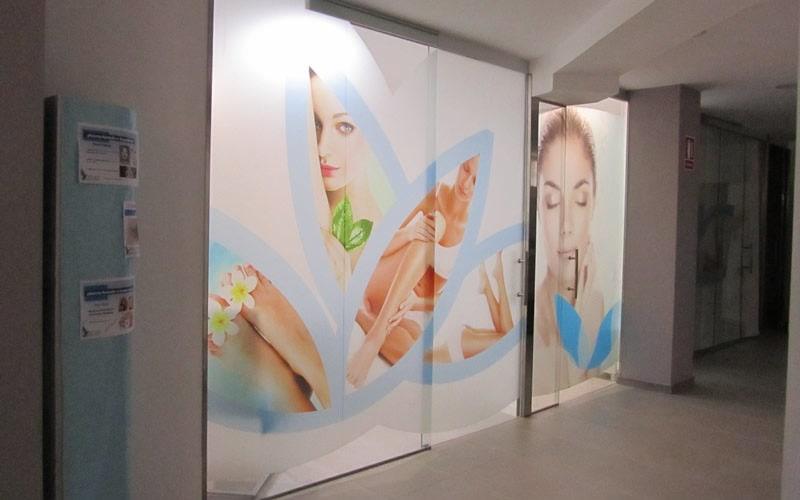 vinilo clinica - cuidado piel y estetica con luz interior