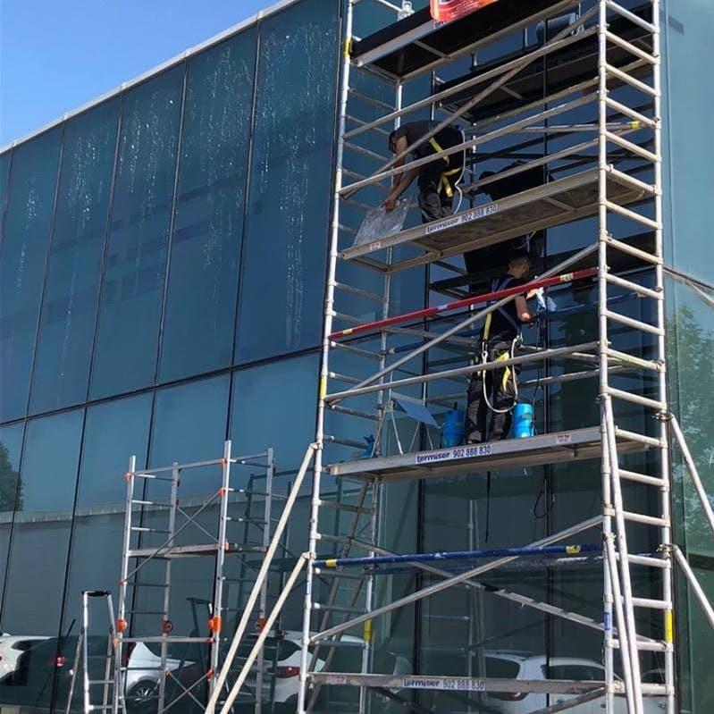 montaje y aplicacion de laminas de proteccion solar