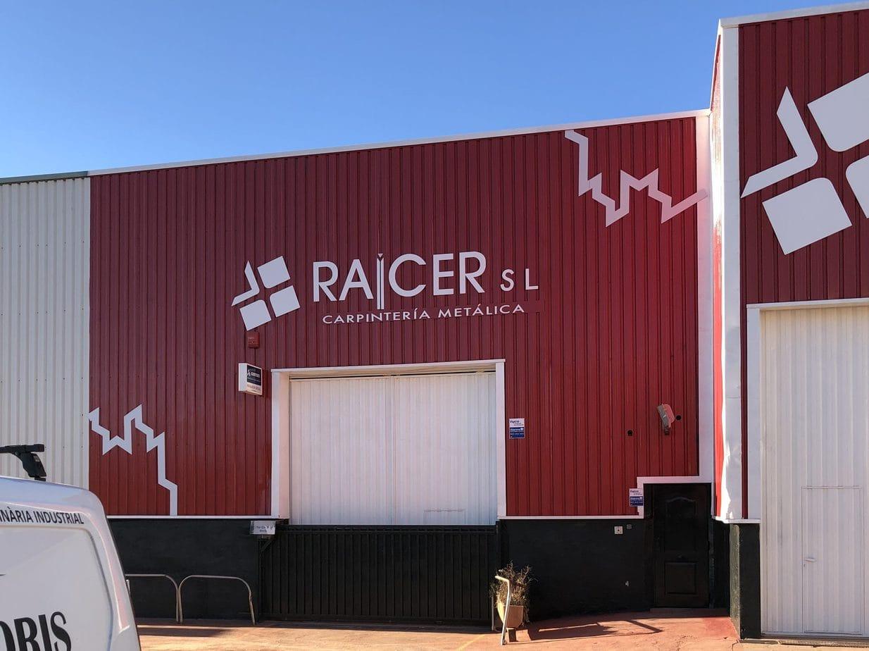 raicer fachada exterior rotulada y pintada en rojo