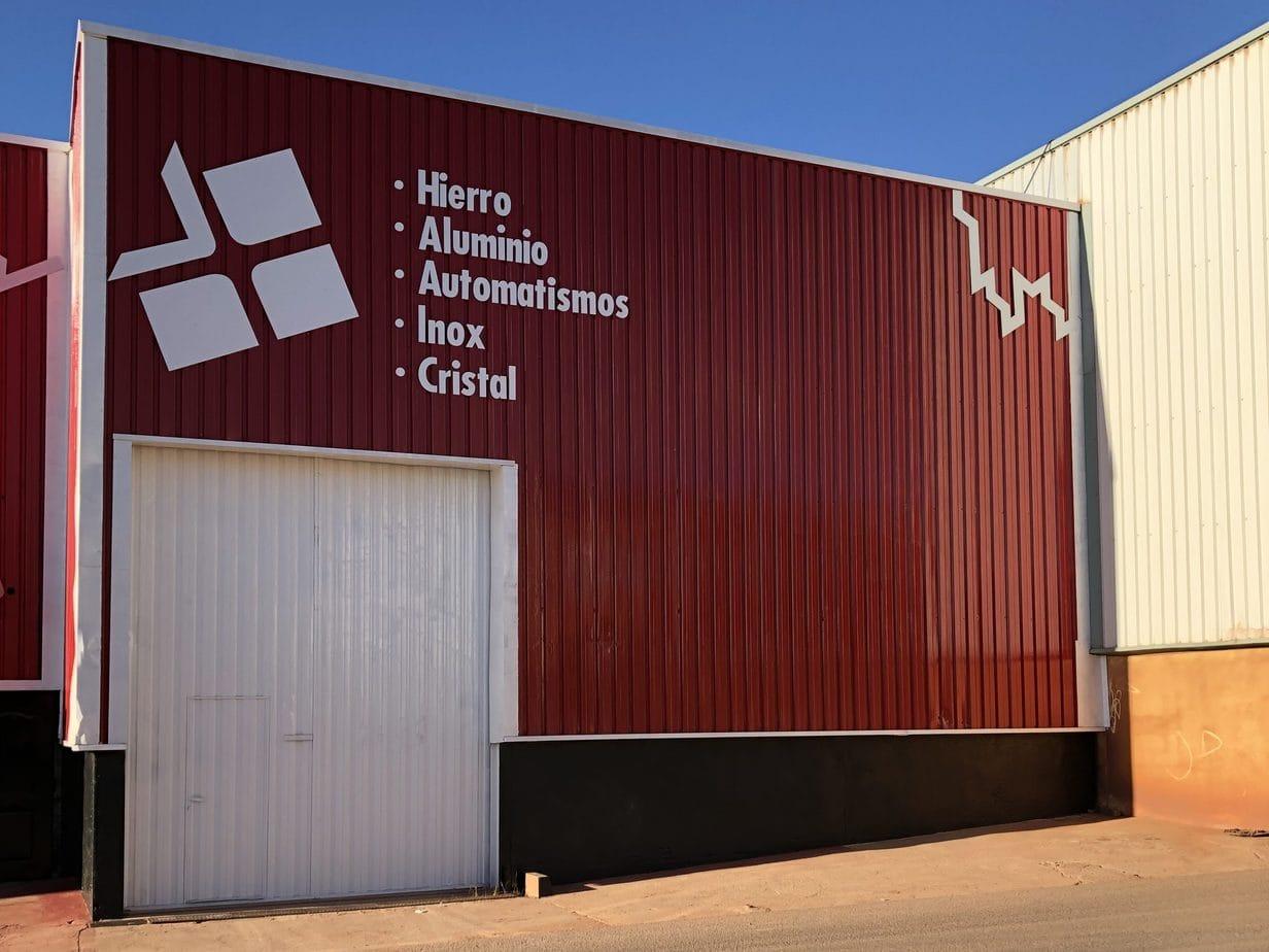 fachada exterior empresa pintada y rotulada