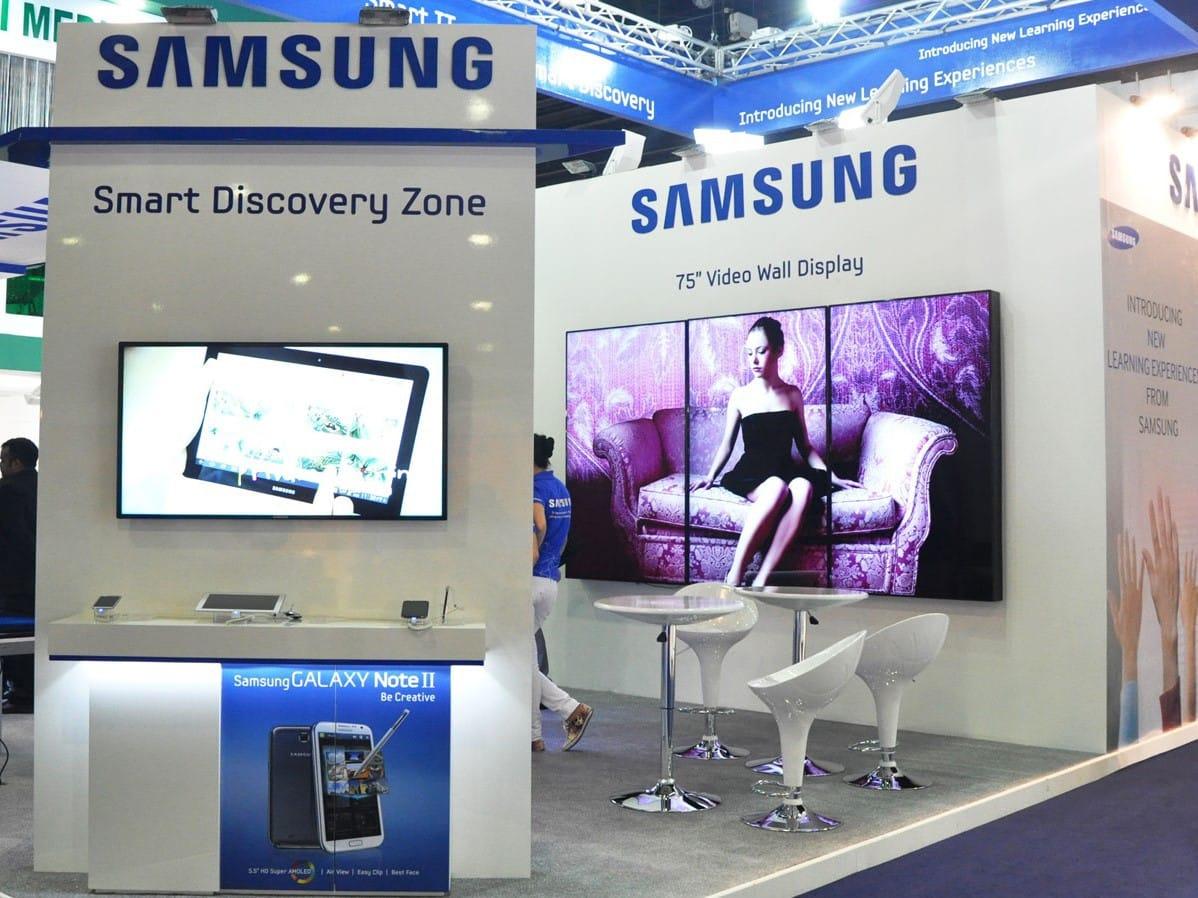 stand con pantallas altavoces y tecnología