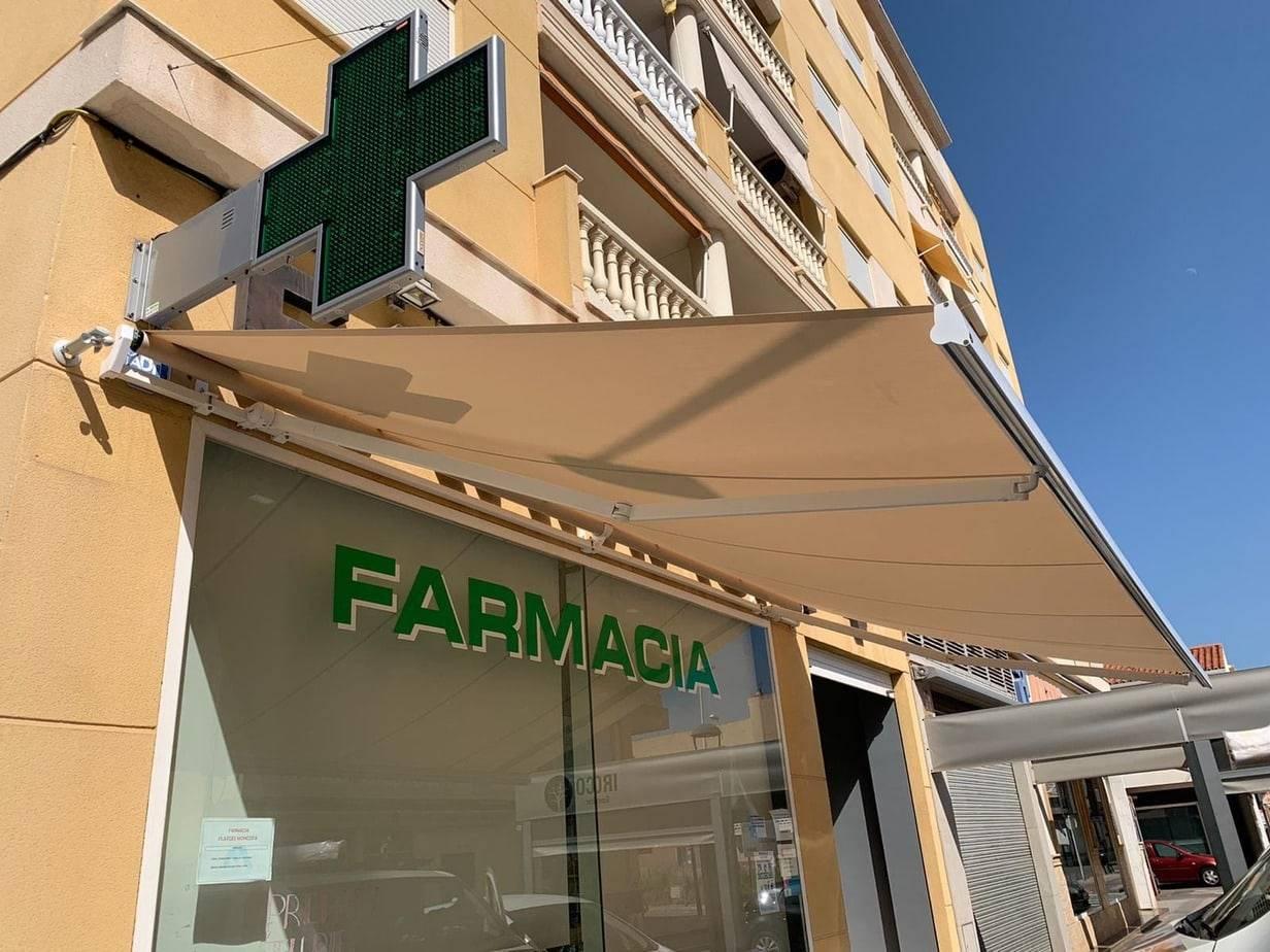 farmacia con toldo con brazos extensibles instalado por rotulos cubero
